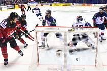 Kanada překonává gólmana Velké Británie.