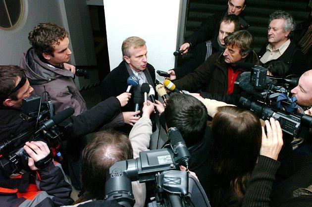 Petr Zelenka u Krajského soudu v Hradci Králové. Na snímku otec Bohumil Zelenka.