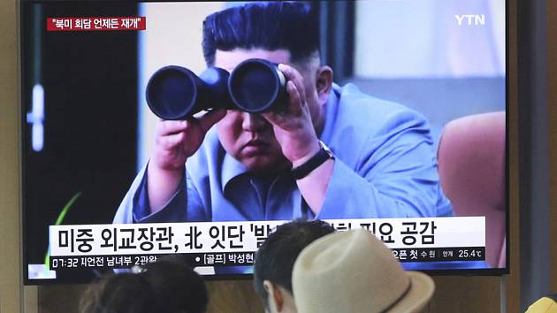 Lidé na nádraží v jihokorejské metropoli Soulu sledovali 2. srpna 2019 televizní zpravodajství se záběry severokorejského vůdce Kim Čong-una.