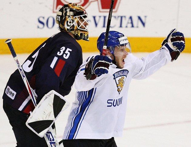 Opora finského týmu Saku Koivu se raduje z Lepistöova vítězného gólu v prodloužení.