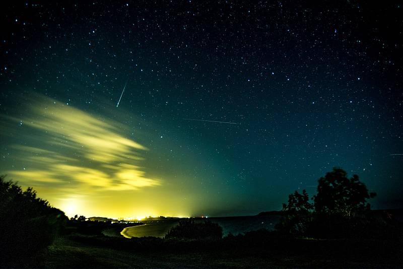 Meteorický roj Geminid bývá aktivní od 4. do 17. prosince, s běžnou frekvencí kolem 120 meteorů za hodinu
