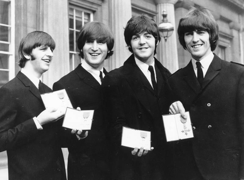 Na snímku z roku 1965 kapela Beatles pózuje s Řádem britského impéria, Zleva Ringo Starr, John Lennon, Paul McCartney a George Harrison.