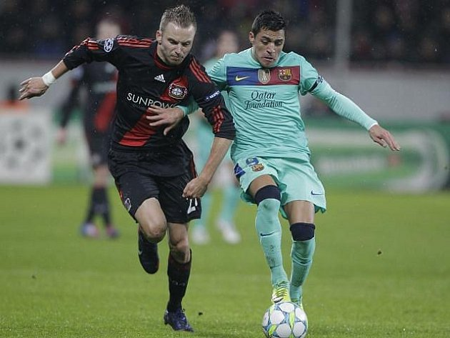 Michal Kadlec z Leverkusenu (vlevo) bojuje o míč s barcelonským Sanchézem.