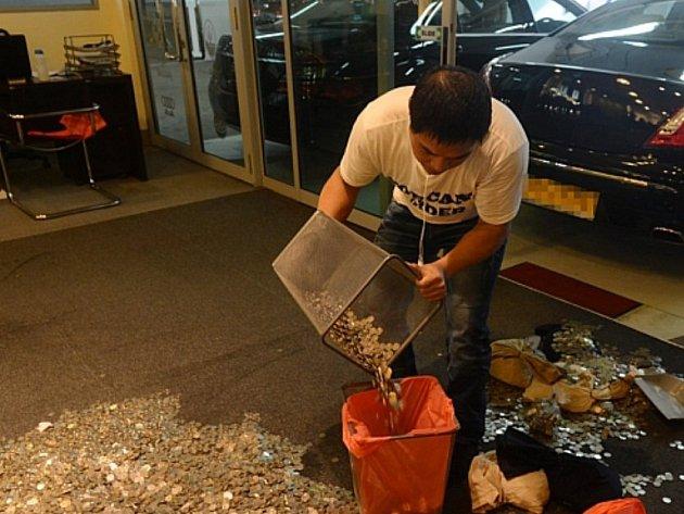 Ong Boon Lin přivezl prodejci peníze v drobných mincích zapáchajících rybinou.