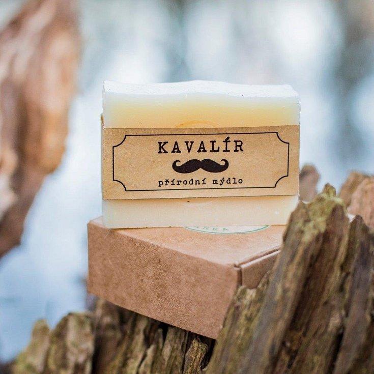 PRO PÁNY. Kavalír, to je mýdlo plné esenciálních olejů z pomeranče a citrónu, doplněné esenciálním olejem z borovice. Společně s dalším mýdlem Džentlmenem tvoří krásný kombo dárek pro muže.
