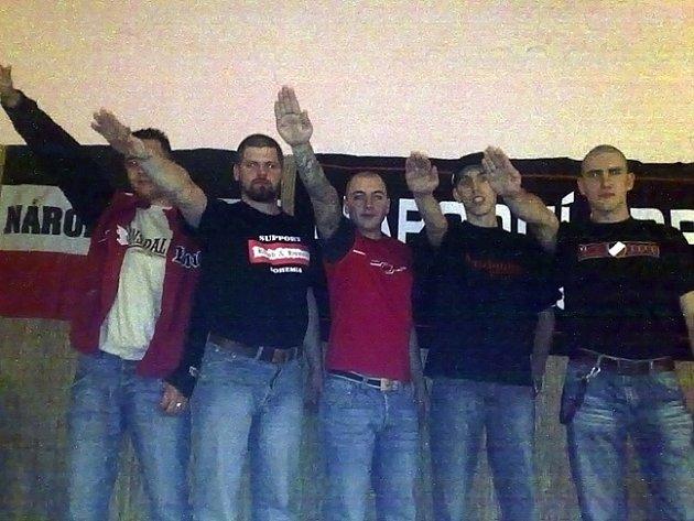 Neonacisté z Národního odporu Vysočina chtějí do politiky. Fotografie údajně pochází z večírku NO, před jehož vlajkou hajlují.