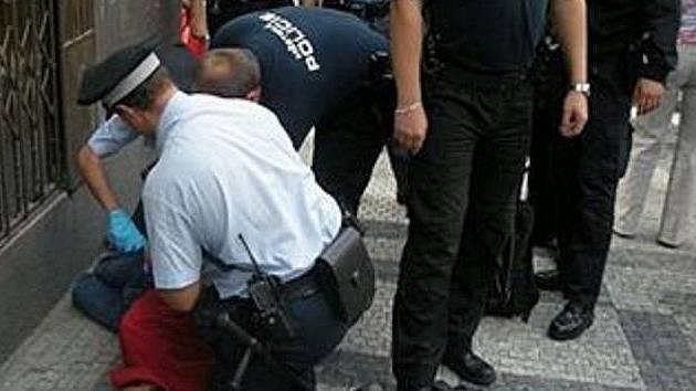 Násilníka si převzali policisté.
