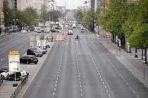 Téměř prázdná ulice v Berlíně (na snímku z 24. dubna 2020)