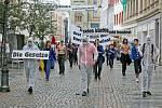 Soudní líčení v německém Cvikově provázely protesty. Demonstranti v modrých košilích Svobodné německé mládeže vnikli i do soudní síně