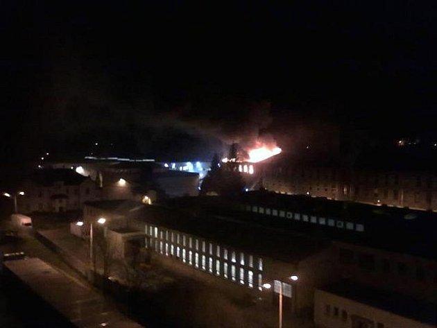 Požár střechy výrobní haly společnosti GZ Digital Media v Loděnici na Berounsku.