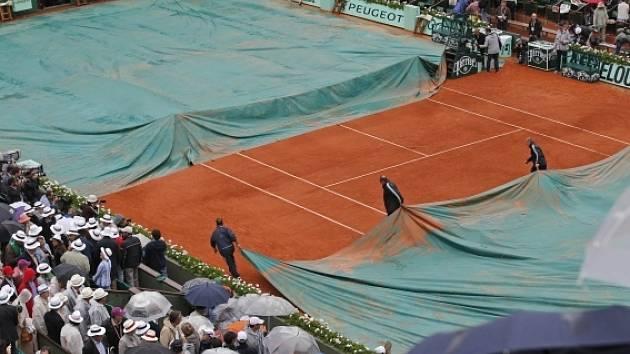 Finále mužské dvouhry na French Open přerušil déšť.