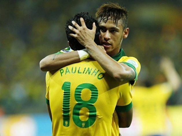 Paulinho s Neymarem oslavují rozhodující trefu do sítě Uruguaye.