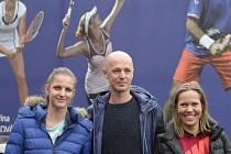 Kapitán Petr Pála, Karolína Plíšková (vlevo) a Lucie Hradecká před odjezdem na finále Fed Cupu do Francie.