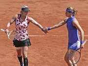 Lucie Šafářová (vpravo) a Bethanie Matteková-Sandsová ve finále Roland Garros.