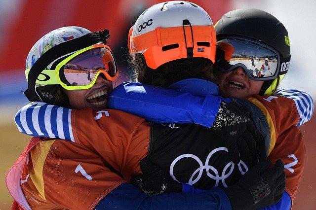 Eva Samkobá (vlevo) je dvojnásobnou olympijskou medailistkou. Ke latu ze Soči přidala bronz z Pchjongčchangu.