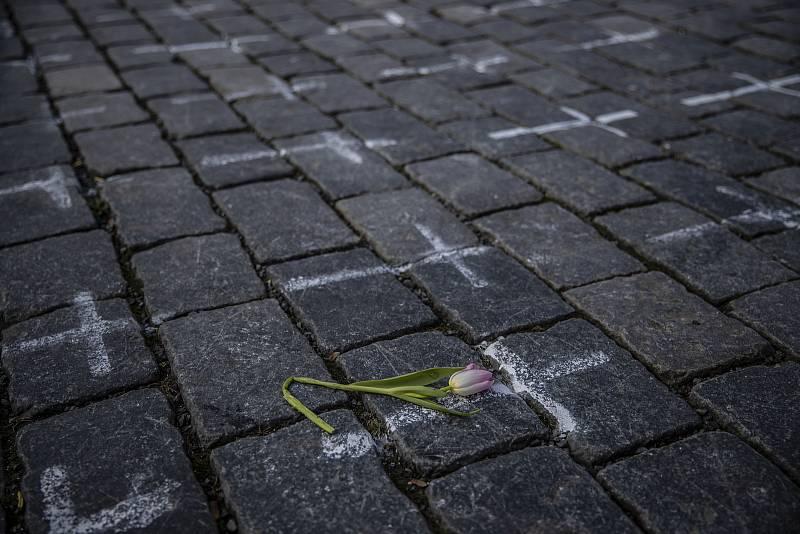 Uvadající tulipán na improvizovaném památníků všech obětí koronaviru na Staroměstském náměstí.