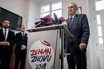 Prezident Miloš Zeman a jeho manželka Ivana vystoupili 6. listopadu v Praze na tiskové konferenci k Zemanově kandidatuře do prezidentských voleb.