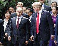Americký prezident Donald Trump a ruský prezident Vladimir Putin (vlevo) na summitu APEC ve Vietnamu.