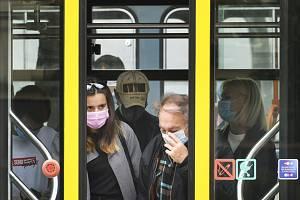Cestující v MHD. Ilustrační snímek