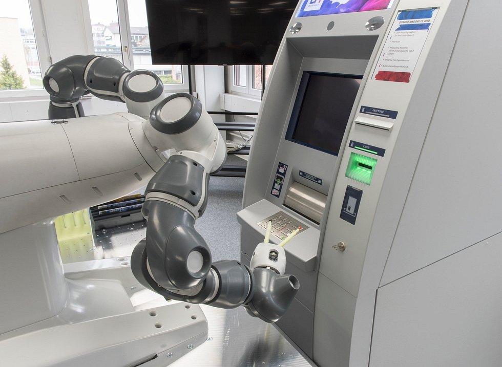 Přeji si jen samé tisícovky. Robot Yumi zkouší funkčnost bankomatů s pomocí umělé inteligence.
