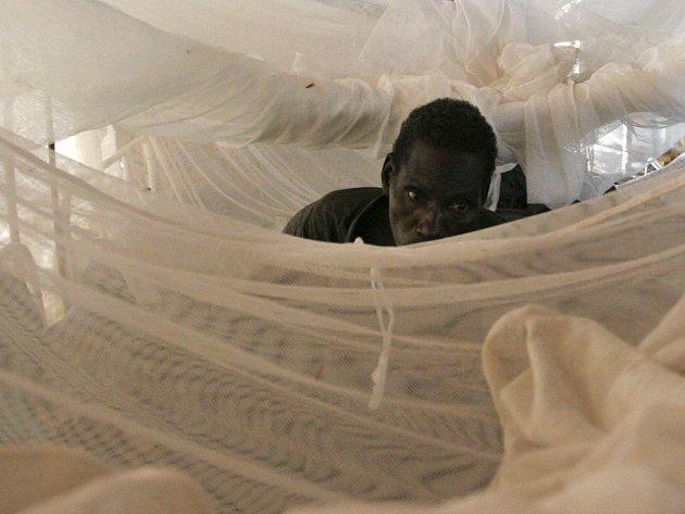 Nemocný muž zahalený moskytiérou ve Středoafrické republice.