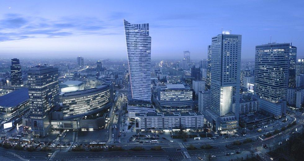 Panoramatický výhled na centrum Varšavy během noci.