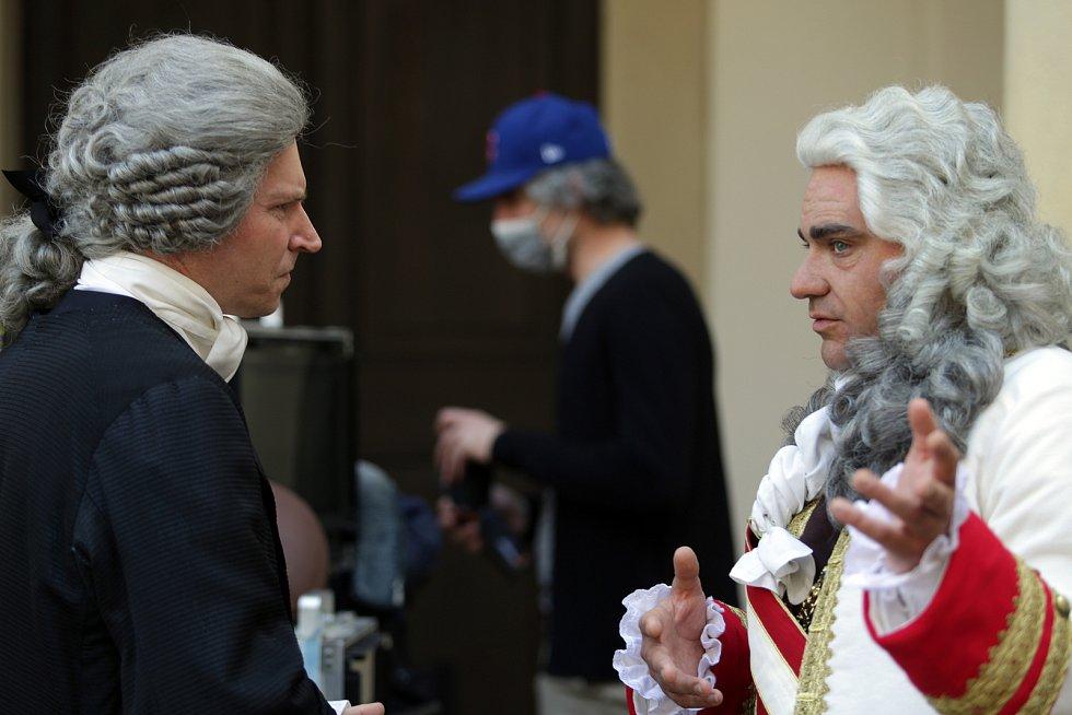 Vojtěch Kotek a David Švehlík se chystají před scénou příjezdu vévody Lotrinského na zámek.