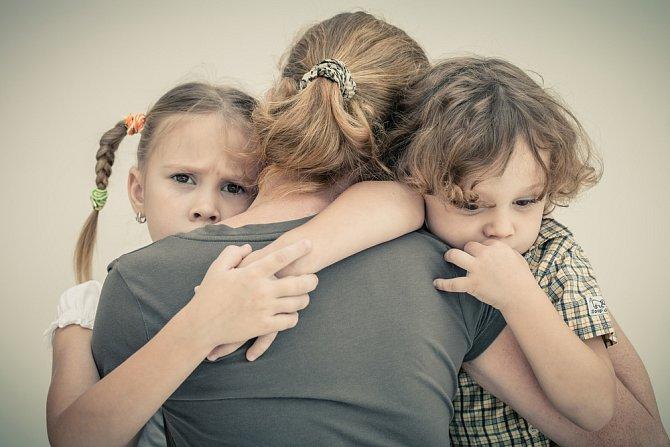 V praxi se na to ale matka nemůže stoprocentně spolehnout a často se ocitá ve finanční tísni. V takové situaci je dobré vědět, o jaké dávky můžete jako rodič s nedostatečnými příjmy požádat.
