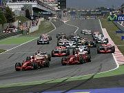 Start Velké ceny Španělska. Do předu se derou obě Ferrari.