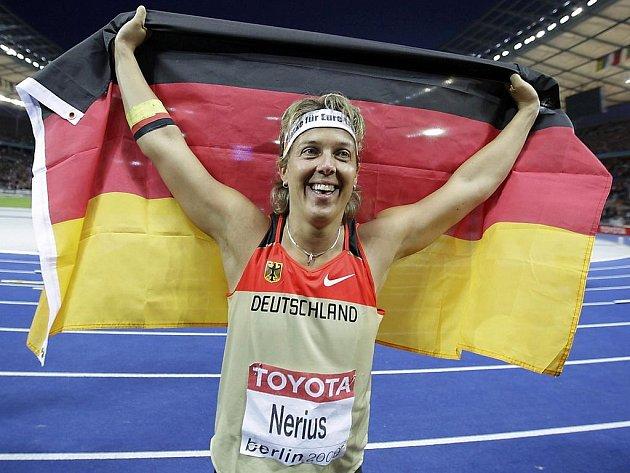 Německá oštěpařka Steffi Neriusová slaví zisk titulu mistryně světa na domácí půdě v Berlíně.