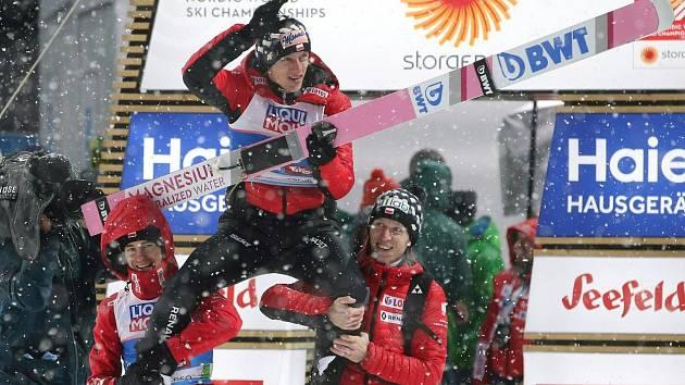 Na středním můstku v Seefeldu zvítězil Polák Dawid Kubacki