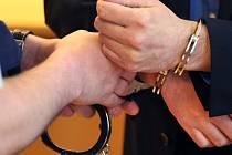 Zatčení - pouta - ilustrační foto