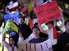 Desetitisíce Američanů v sobotu pokračovaly v demonstracích proti novému prezidentovi Donaldu Trumpovi, který podle nich ohrožuje jejich občanská a lidská práva.