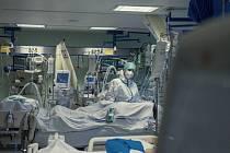 Zdravotnice na oddělení pro pacienty s těžkým průběhem onemocnění covid-19