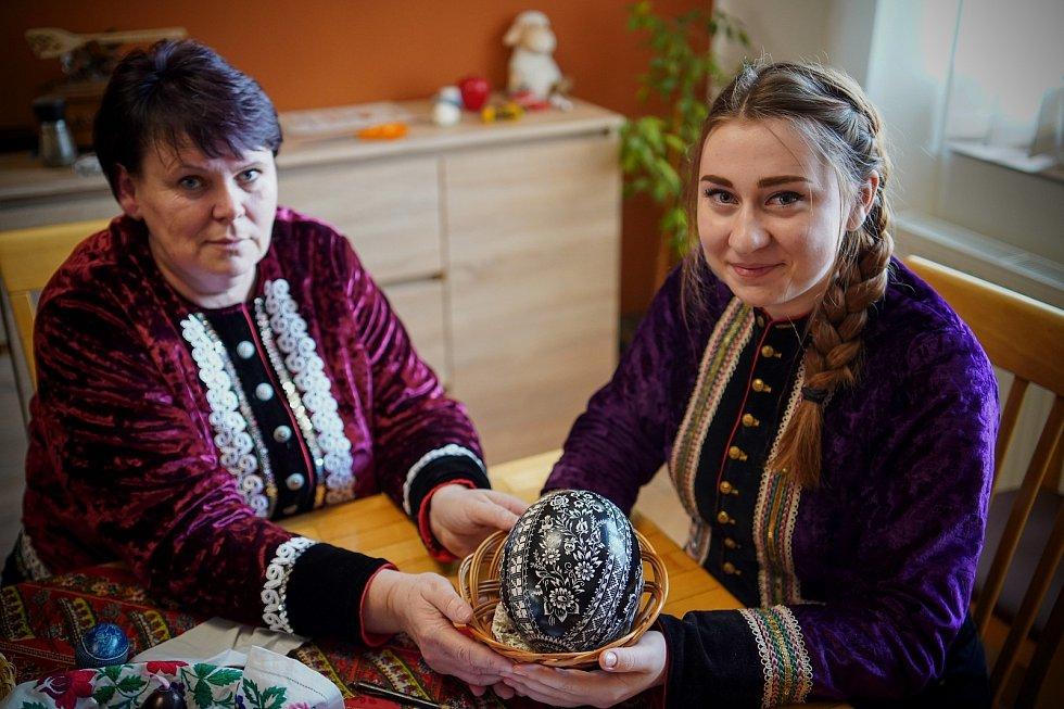 Středoškolačka Anna Příkazská (vpravo). Škrabání kraslic před Velikonocemi. Ve Vacenovicích na Hodonínsku se tradici učí i nová generace.