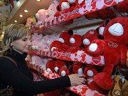 Svatý Valentýn se blíží. Nezapomeňte koupit dáreček - třeba plyšový...