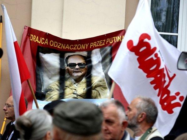 """Pieta za posledního komunistického prezidenta Polska přivedla před katedrálu desítky generálových odpůrců, kteří prostřednictvím transparentů protestovali proti """"poctám zrádcům""""."""