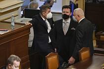 Zleva premiér Andrej Babiš, předseda dolní parlamentní komory Radek Vondráček a předseda poslaneckého klubu ANO Jaroslav Faltýnek diskutují na jednání Poslanecké sněmovny