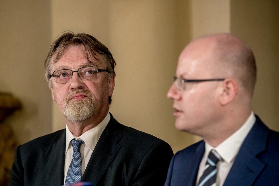 Premiér Bohuslav Sobotka uvedl 21. června do úřadu nového ministra školství Stanislava Štecha.