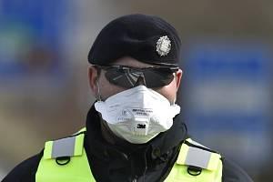 Policista s respirátorem - ilustrační foto.