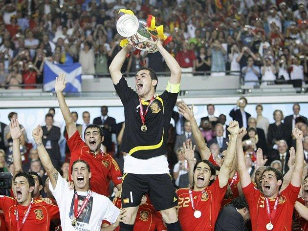 Fotbalisté Španělska s trofejí pro mistry Evropy. Španělé porazili v nedělním finále Německo 1:0.