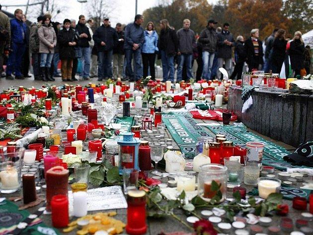 Fanoušci na počest zesnulého brankáře Enkeho zapálili před stadionem Hannoveru tisíce svíček.