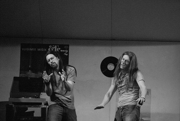 Jan Dolanský a Jan Zadražil vúlohách dvou kámošů, kteří ujíždějí na skvělé hudbě.