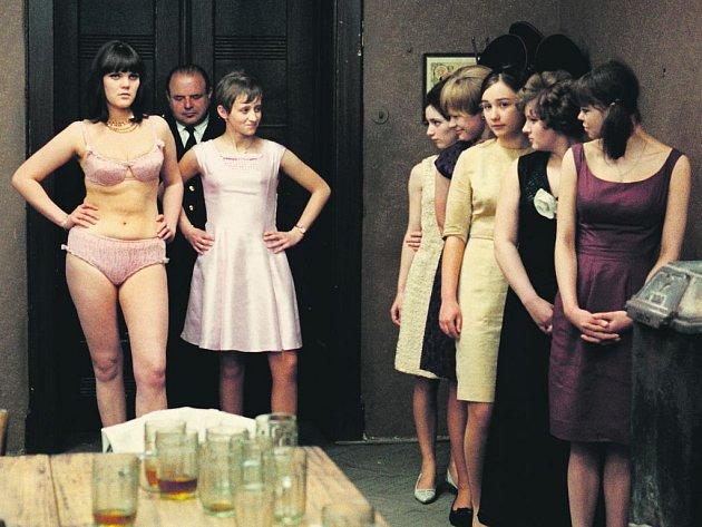 Slavný Formanův snímek Hoří, má panenko se po 45 letech vrací na filmové plátno.