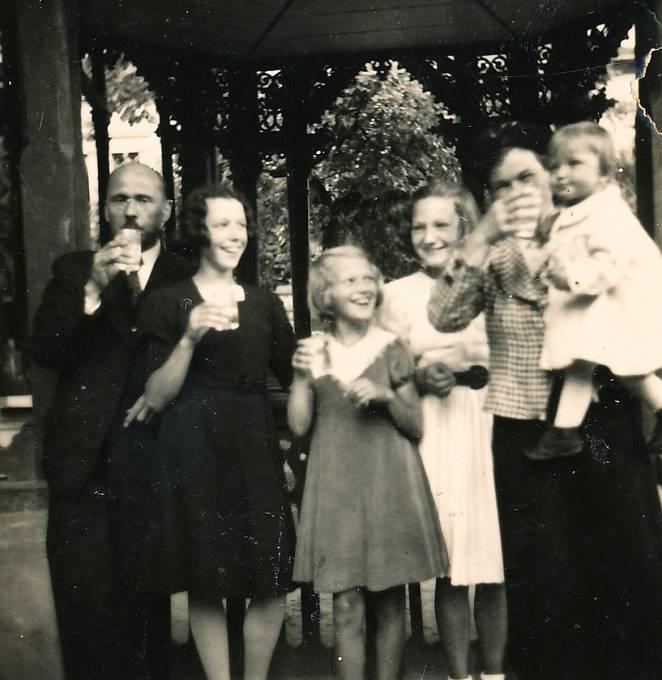Malá Jiřina (zcela vpravo) s rodinou v roce 1938