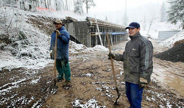 Nové zázemí skiareálu Černá říčka v Desné budují provozovatelé areálu z vlastních peněz. Rozestavěná technická budova čeká na lepší počasí a další příděl peněz, aby mohla být dokončena. V těchto dnech budují příjezdovou cestu.