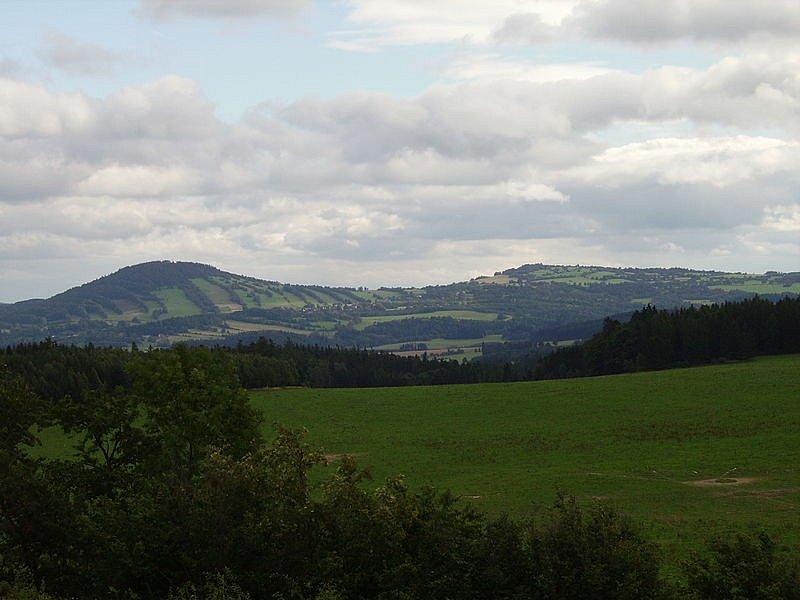 Velký a Malý Roudný. Zalesněné sopky, činné ještě v čtvrtohorách se tyčí nad obcí Roudno v okrese Bruntál a tvoří neodmyslitelnou dominantu okolní krajiny.