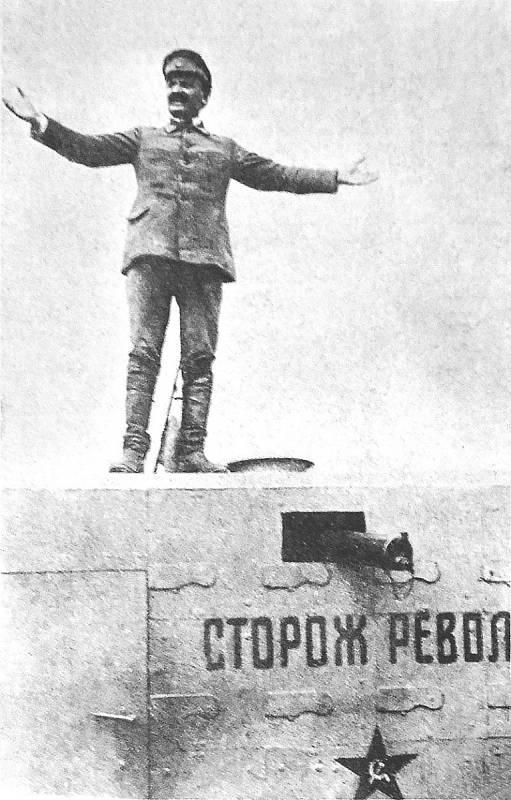 Lev Davidovič Trockij řeční na střeše obrněného vlaku v roce 1920 během občanské války