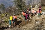 Nepál má velký potenciál vturismu, vodních elektrárnách a zpracovatelském průmyslu. Velký problém je ale málo rozvinutá infrastruktura, korupce a obchodní závislost na Indii.