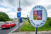 Automobily přejíždí přes německo-český hraniční přechod Furth im Wald